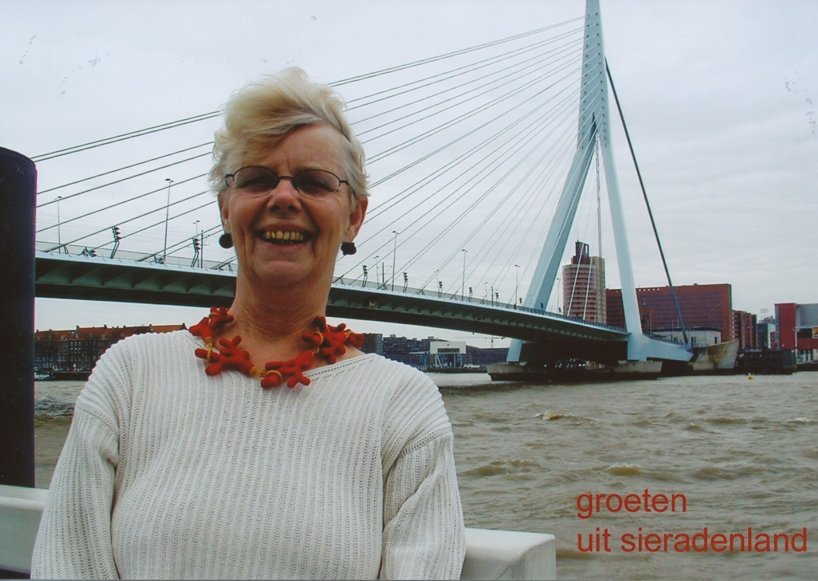 Claartje Keur, Zelfportret met halssieraad van Felieke van der Leest, Rotterdam, Erasmusbrug, 31 maart 2001. Foto Claartje Keur