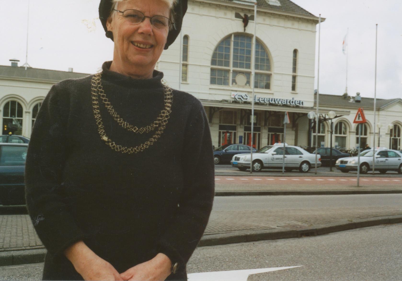Claartje Keur, Zelfportret met halssieraad vanMarijke de Goey, Leeuwarden, Station, 18 april 2001. Foto Claartje Keur