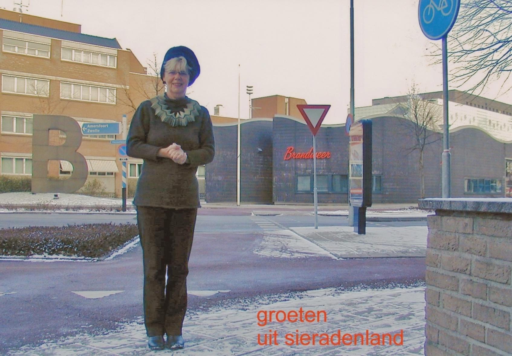 Claartje Keur, Zelfportret met halssieraad van Lous Martin, Apeldoorn, Vosselmanstraat, 8 januari 2003. Foto Claartje Keur