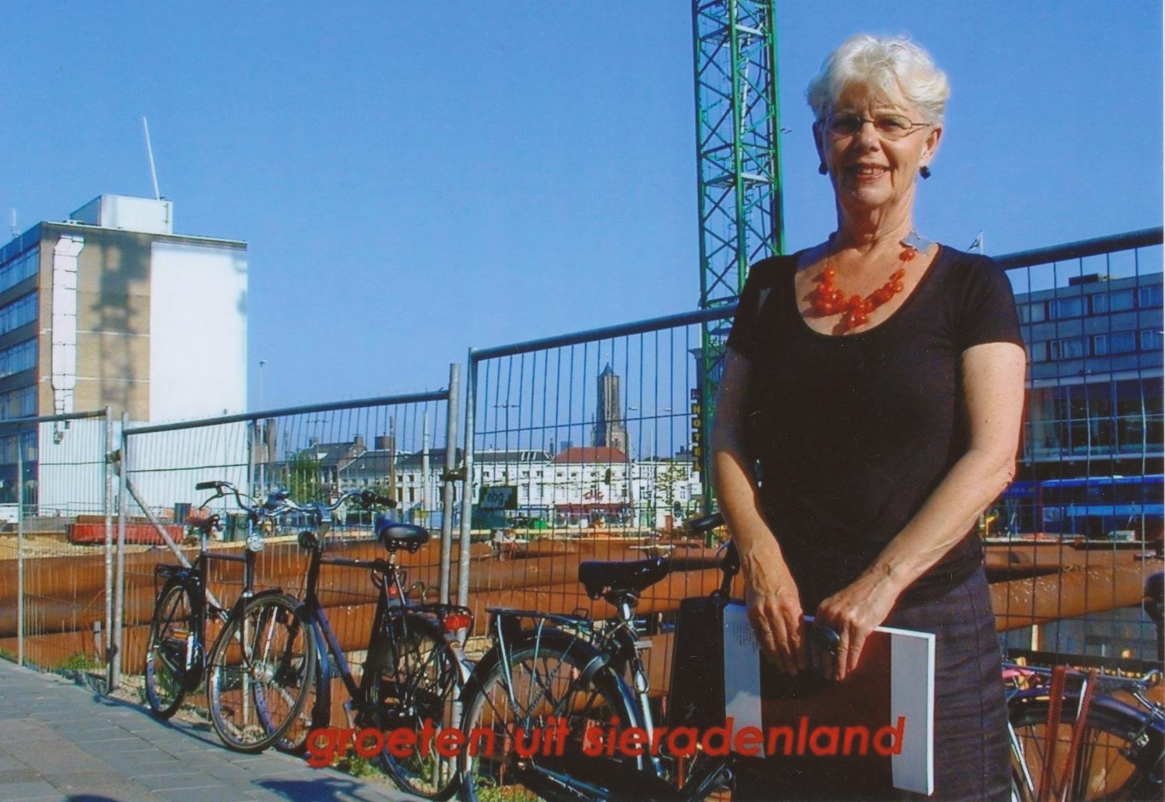 Claartje Keur, Zelfportret met halssieraad van Stephanie Jendis, Arnhem, stationsgebied, 2004. Foto Claartje Keur