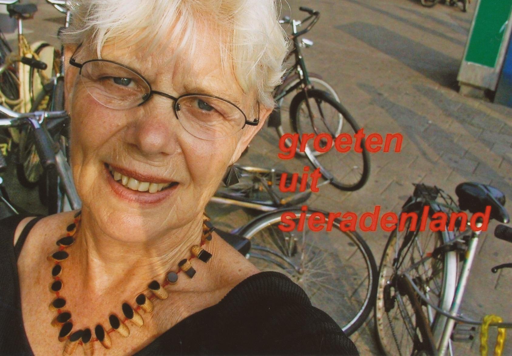 Claartje Keur, Zelfportret met halssieraad van Gésine Hackenberg, 2005. Foto Claartje Keur