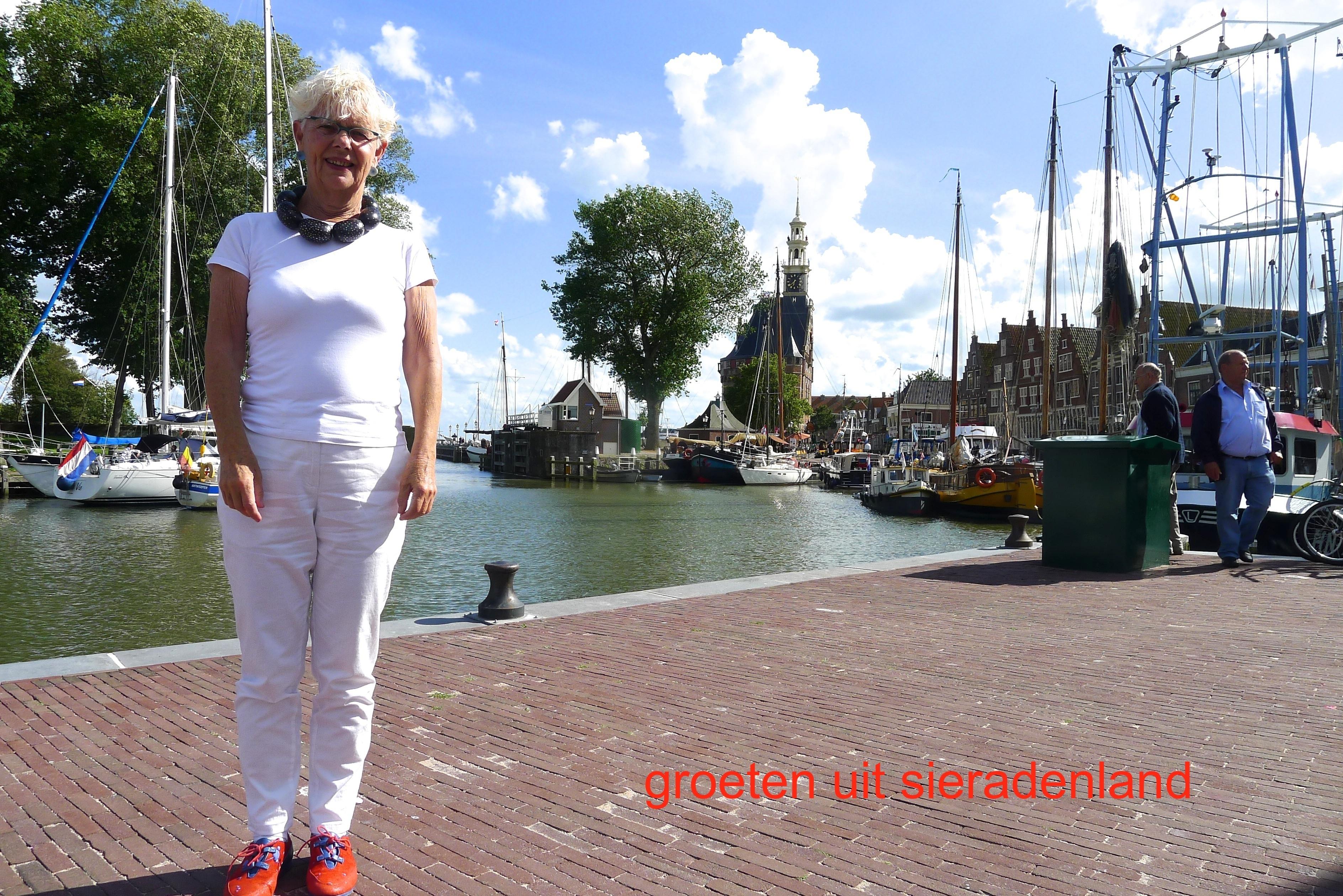 Claartje Keur, Zelfportret met halssieraad van Hans Hovy, Hoorn, Oude haven, 30 juli 2012. Foto Claartje Keur