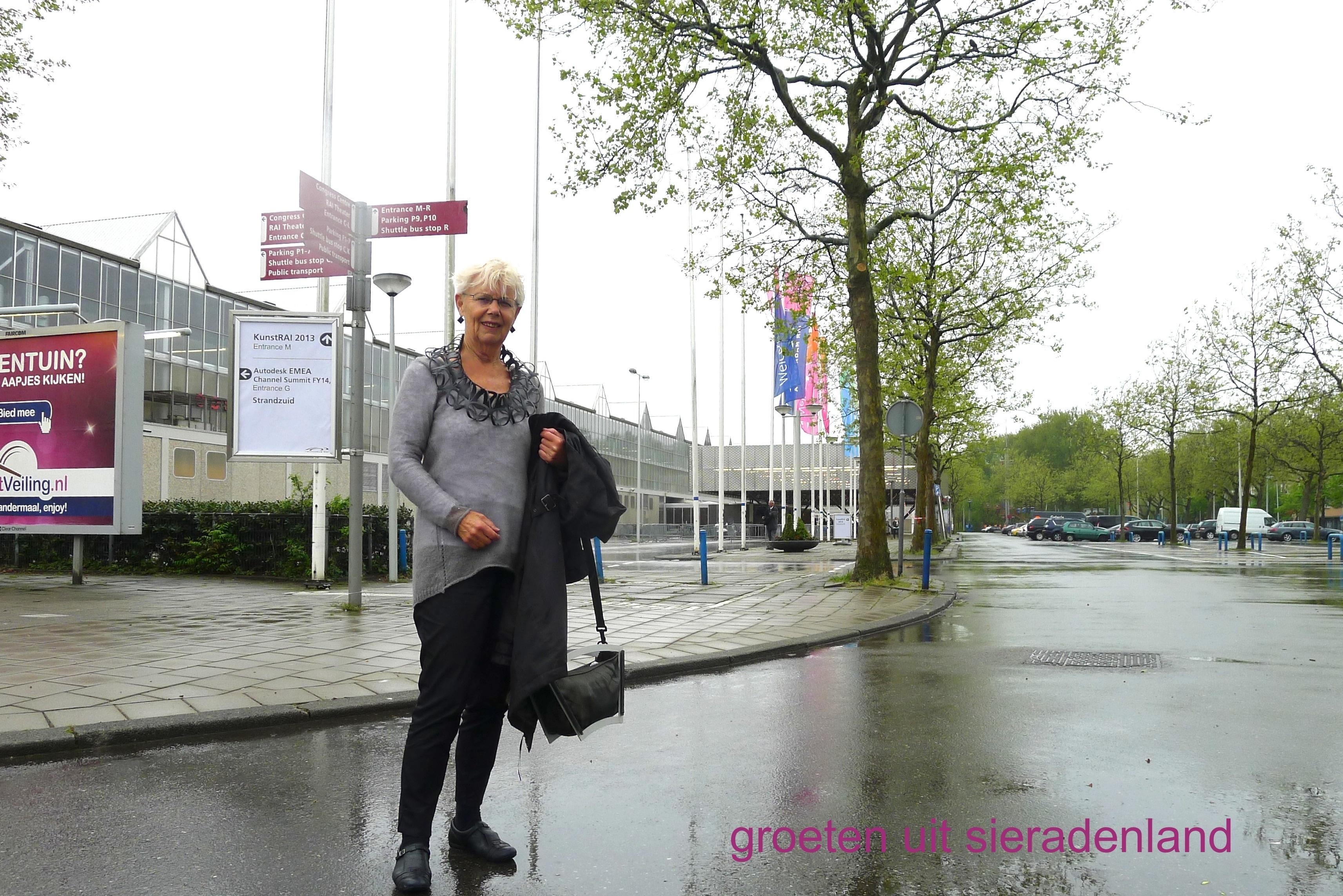 Claartje Keur, Zelfportret met halssieraad van Thea Tolsma, Amsterdam, RAI, 16 mei 2013 Foto Claartje Keur