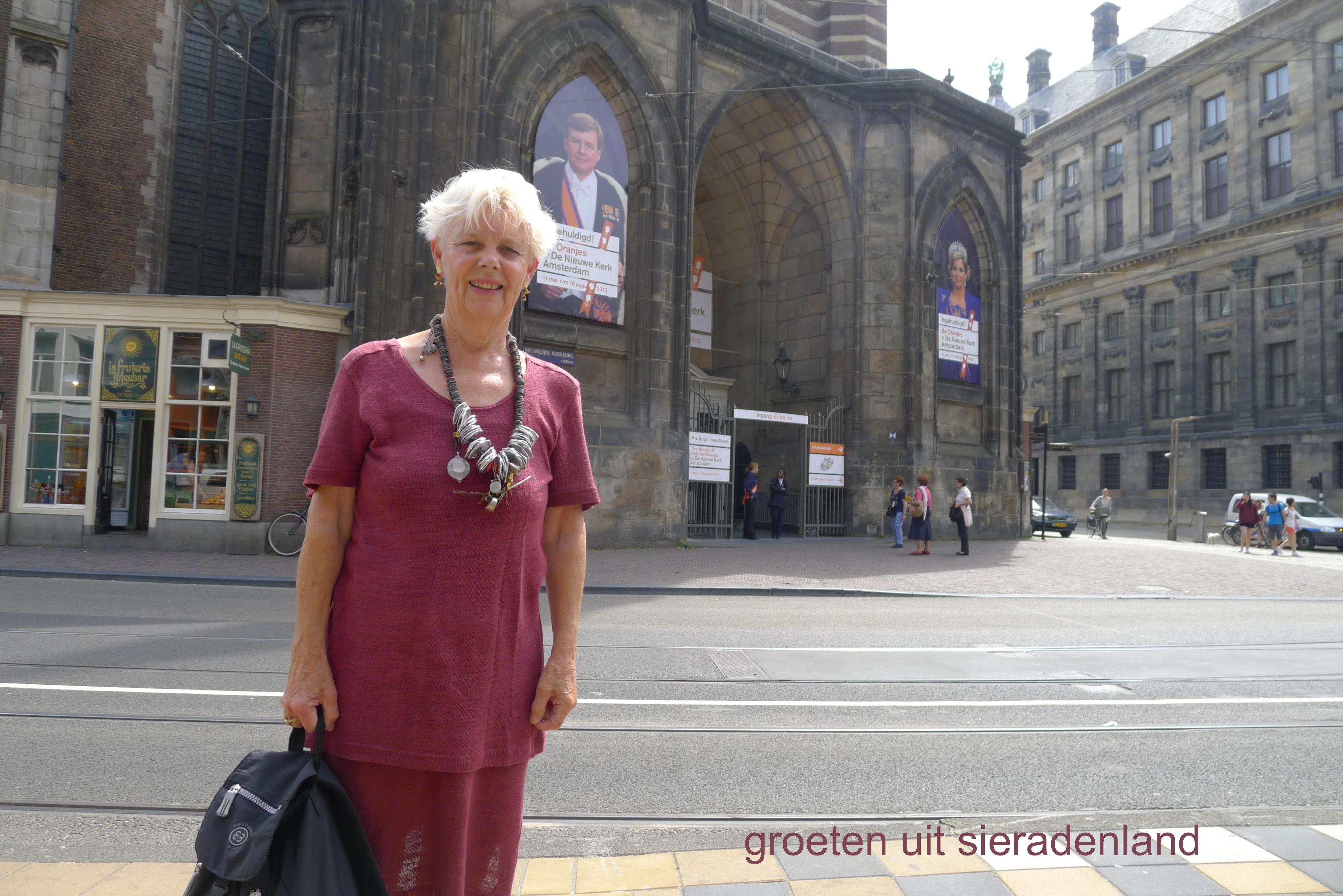 Claartje Keur, Zelfportret met halssieraad van Wim Vonk, Amsterdam, Nieuwe Kerk. Foto Claartje Keur