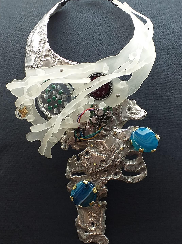 Alberto Gordillo, halssieraad, 2017-2020, acrylglas, schroeven, malachiet, aluminium, goud, schroeven, goud, elektriciteitsdraad, elektronica