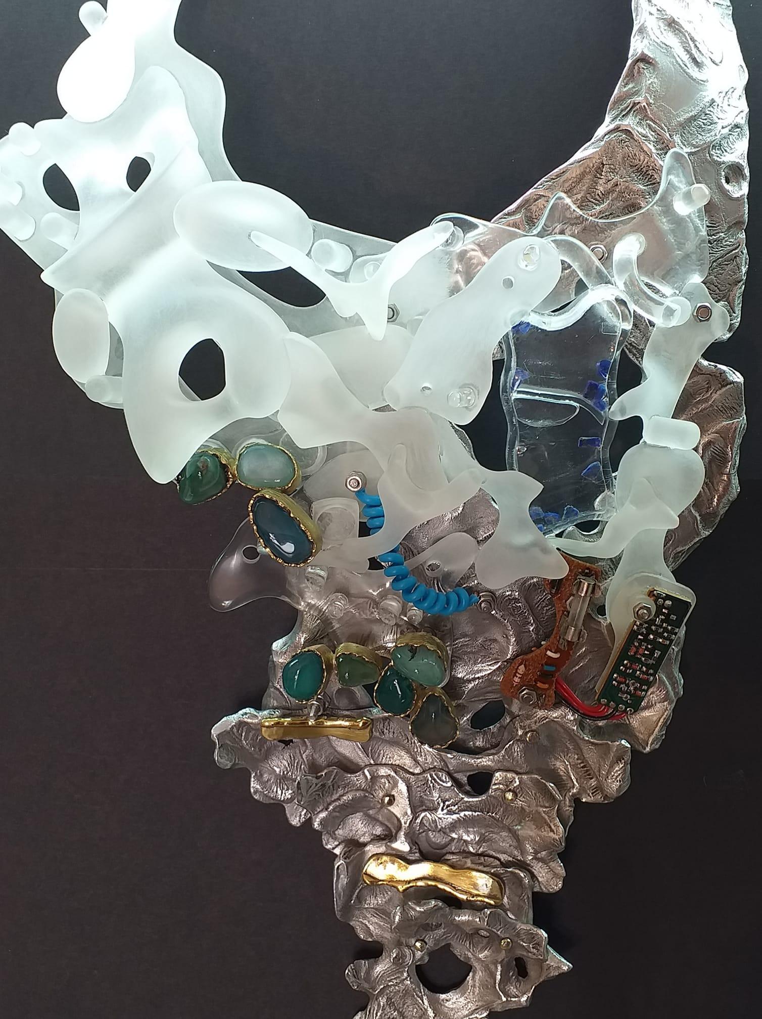 Alberto Gordillo, halssieraad, 2017-2020, plexiglas, aluminium, schroeven, messing, potlood, lapis lazuli, agaat