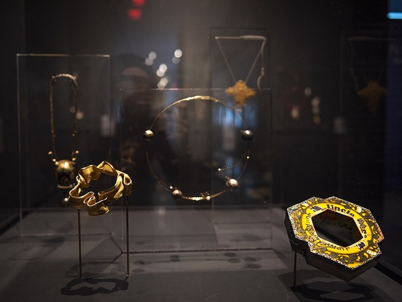 Mary Lee Hu, armband en Harriete Estel Berman, armband. Adore/Adorn: The Elsie Michie Contemporary Jewelry Collection, Louisiana State University Museum of Art, Baton Rouge, 2019, tentoonstelling, vitrine, blik