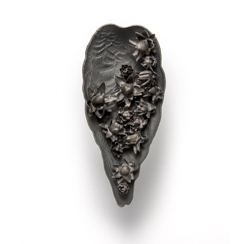 Evert Nijland, Black Flowers, broche, 2021. Foto Galerie Rob Koudijs, zilver