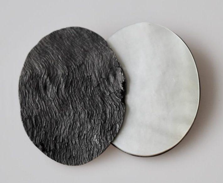 Marian Hosking, Doubled Brooch, broche, 2019, gezwart zilver