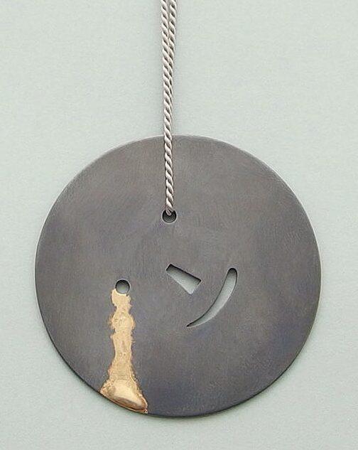 Akiko Kurihara, Smiles and Tears Pendant, halssieraad, geoxideerd zilver, goud, zijde