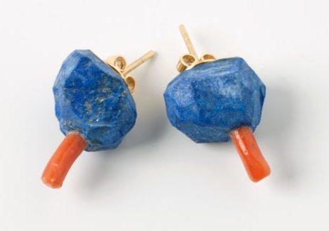 Daniel Kruger, oorsieraden, 2006, lapis lazuli, koraal, goud