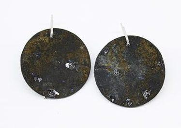 Inari Kiuru, Steel, Rust & Stars, oorsieraden, 2016, zilver, glas, staal, ijzer