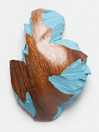 Sally Marsland, broche, 2010, hout, verf