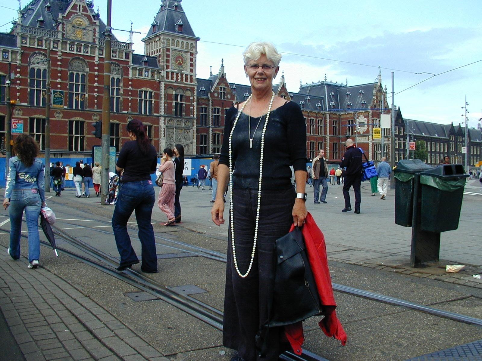 Claartje Keur, Zelfportret met halssieraden van Dinie Besems, Amsterdam, Stationsplein. Foto Claartje Keur, Krijtjes Ketting