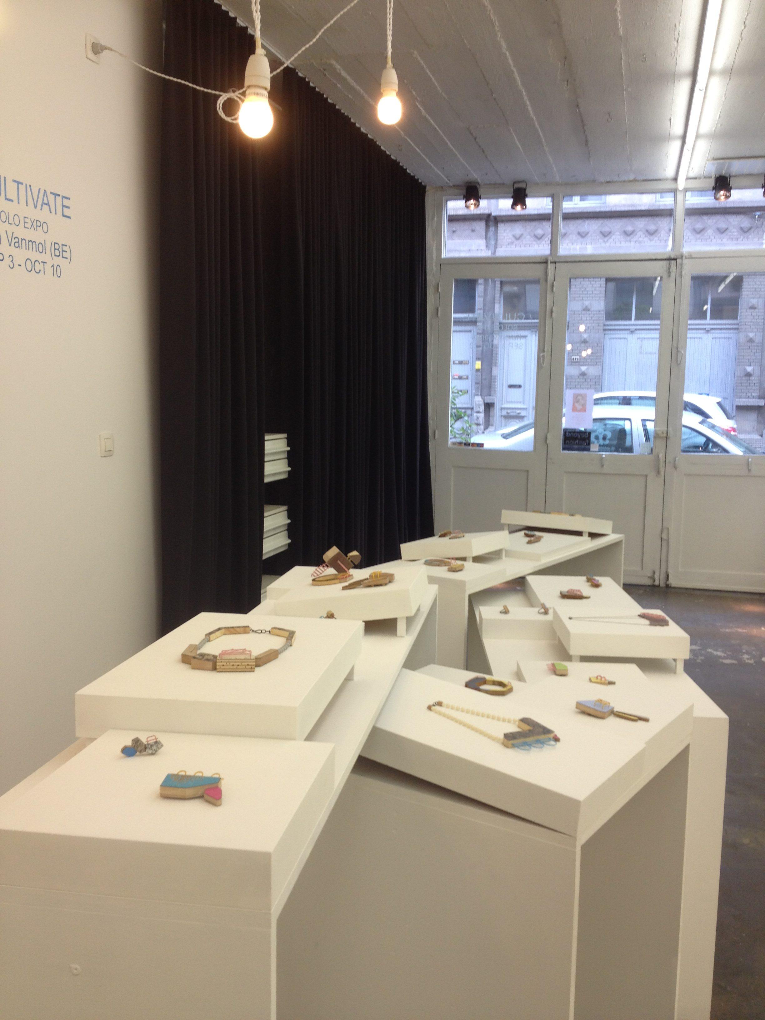 Karen Vanmol in Beyond Fashion, tentoonstelling, galerie, interieur, halssieraden, broches
