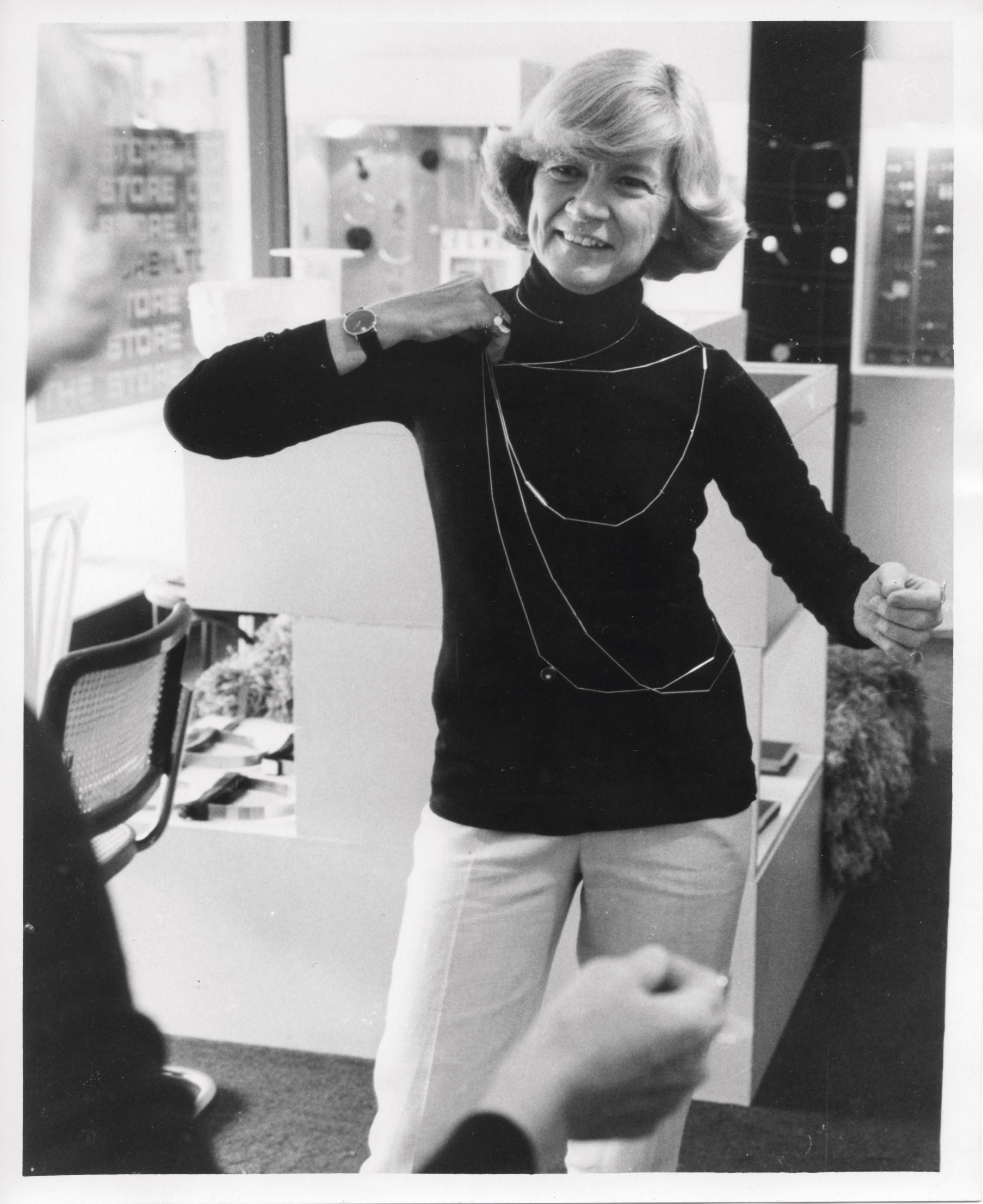 Betty Cooke toont Tubular Necklaces, halssieraden, 1979, portret