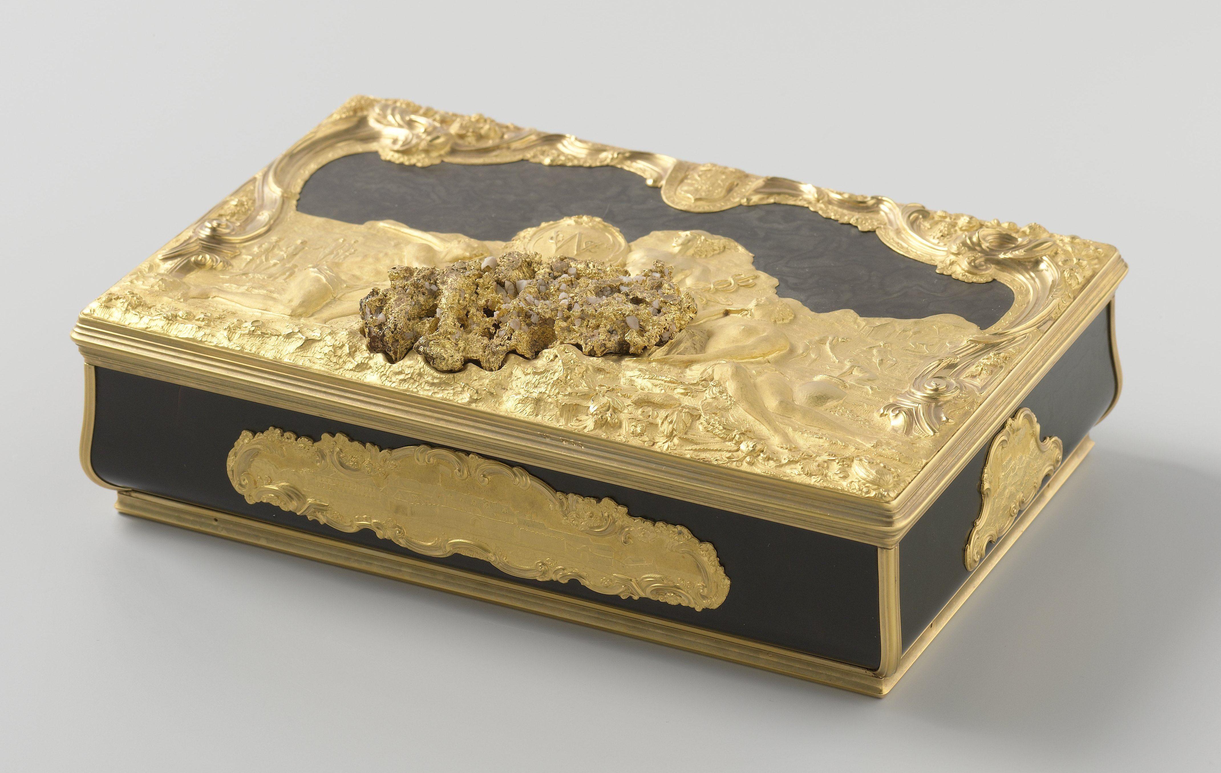 Doos van de West-Indische Compagnie van schildpad en goud, 1749. Collectie Rijksmuseum, NG-NM-824