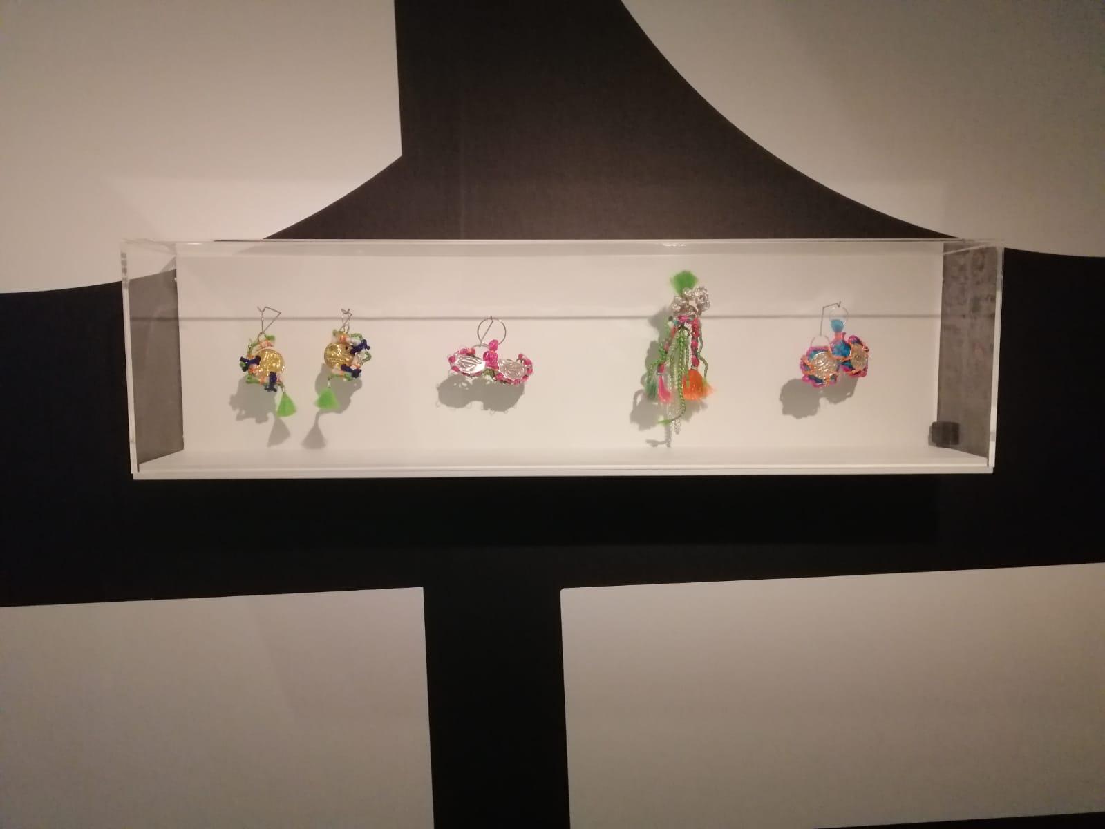 Kalkidan Hoex, oorsieraden. Voices of Fashion, Centraal Museum, 2021, tentoonstelling, wandvitrine