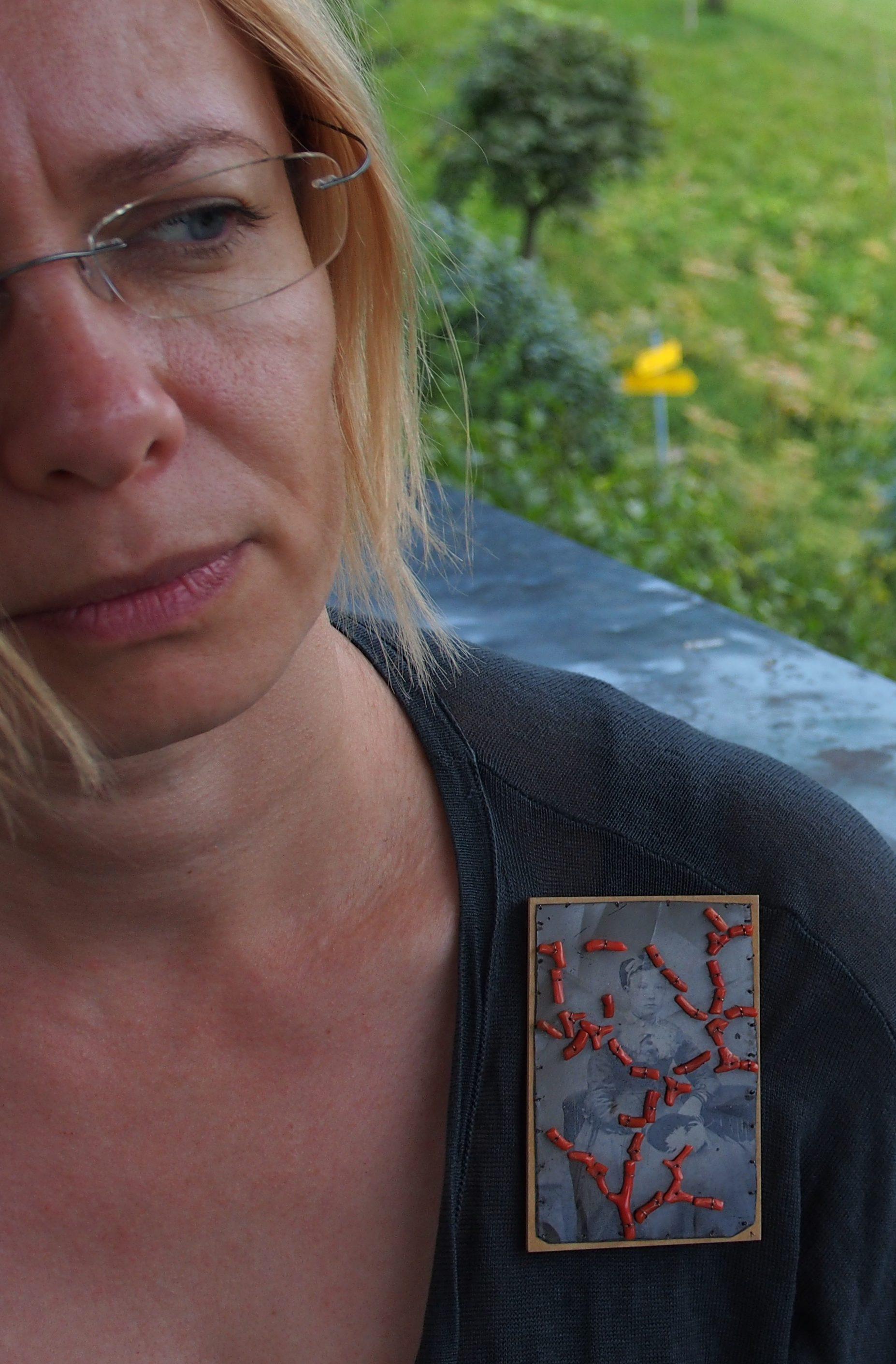 Bettina Speckner, broche, 2007. Von Hier und Dort, 2015. Foto Bettina Speckner, koraal, zilver, esdoornhout