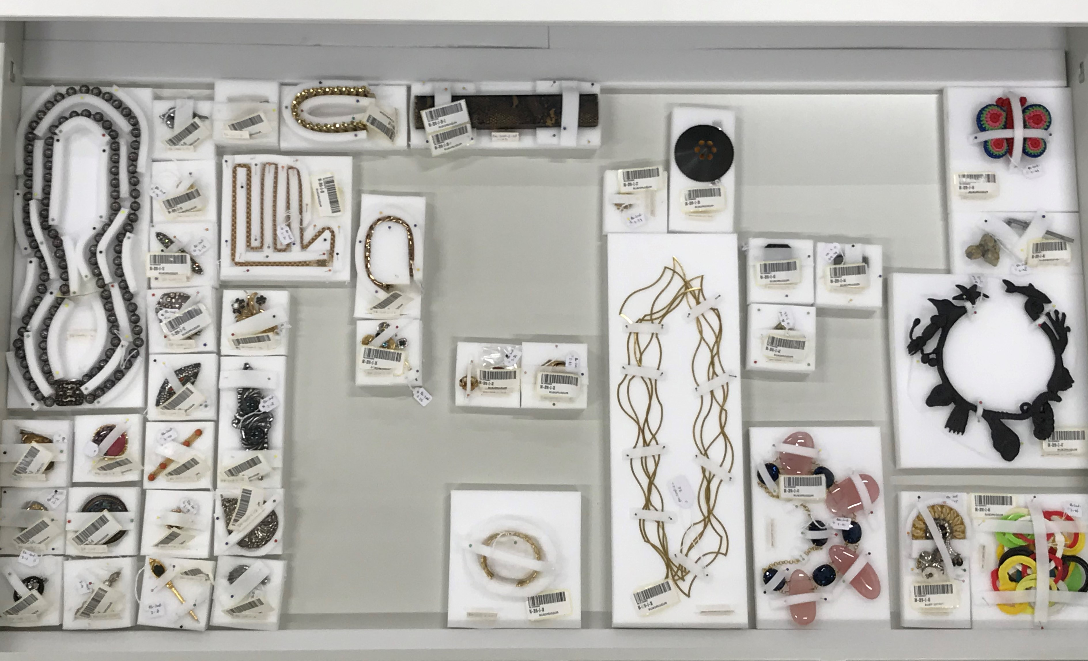 Marjan Unger collectie in het depot van het Rijksmuseum. Foto Wim Hoeben, broches, halssieraden, Karin Seufert, Annelies Planteijdt, Philip Sajet
