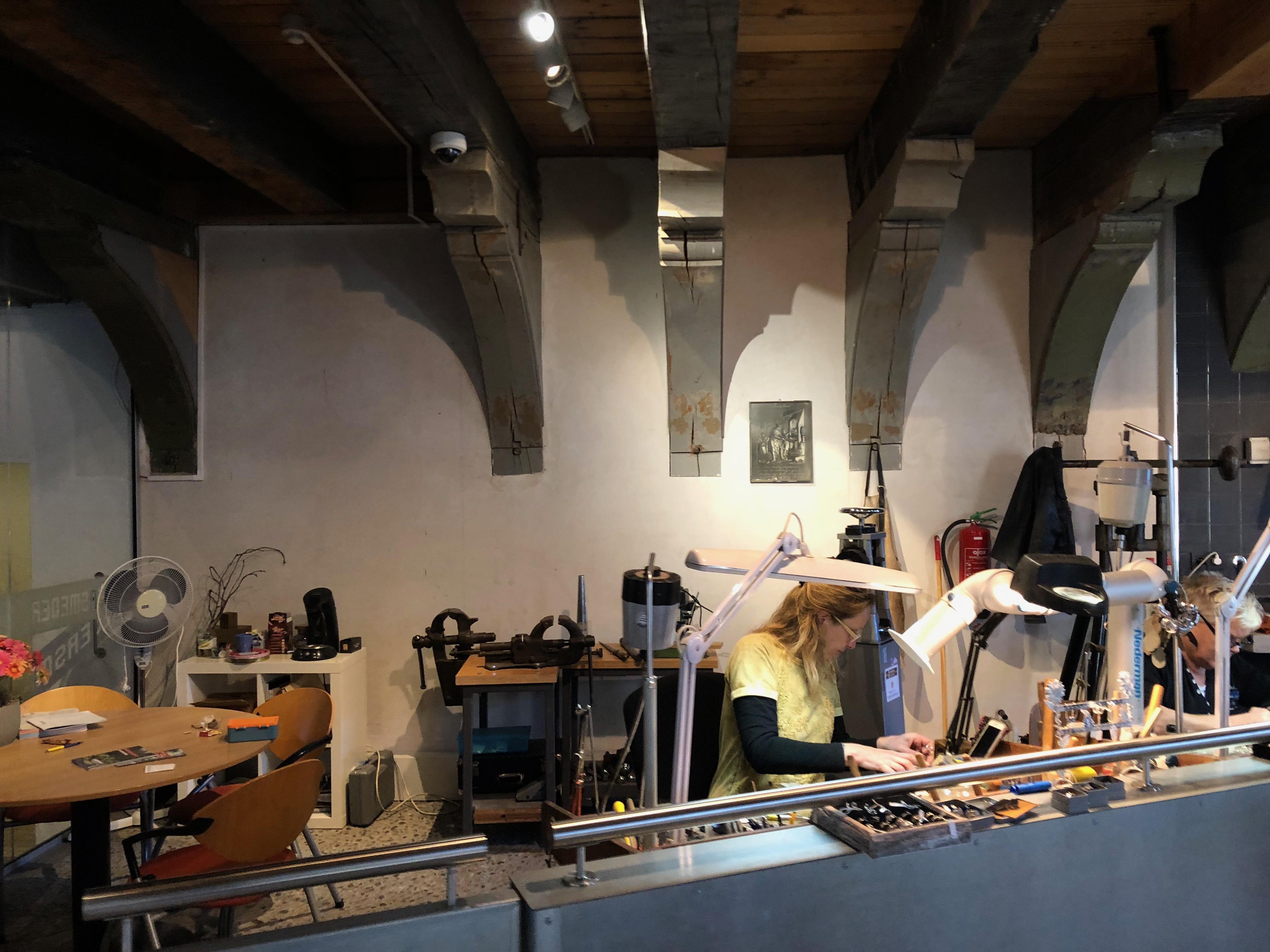 Zilvermuseum Schoonhoven, zilversmederij, 2019. Foto Hanno Lans, werkbank, gereedschap