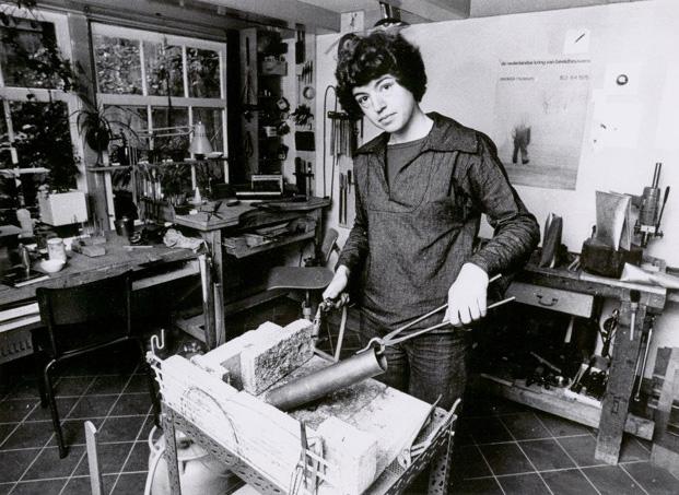 Françoise van den Bosch in haar atelier. Foto Stichting Françoise van den Bosch