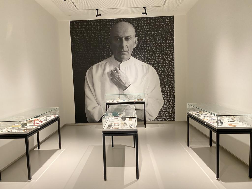 Collectie Benno Premsela, Design Museum Den Bosch, 2021. Foto Arthur van Schendel, portret, vitrines, tentoonstelling