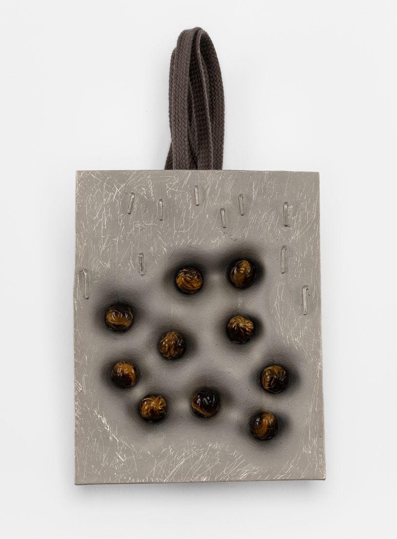 Iris Bodemer, Topography 5, halssieraad, achterzijde, 2020. Foto Nicole Eberwein, koper, thermoplast, tijgeroog, schoenveter van textiel