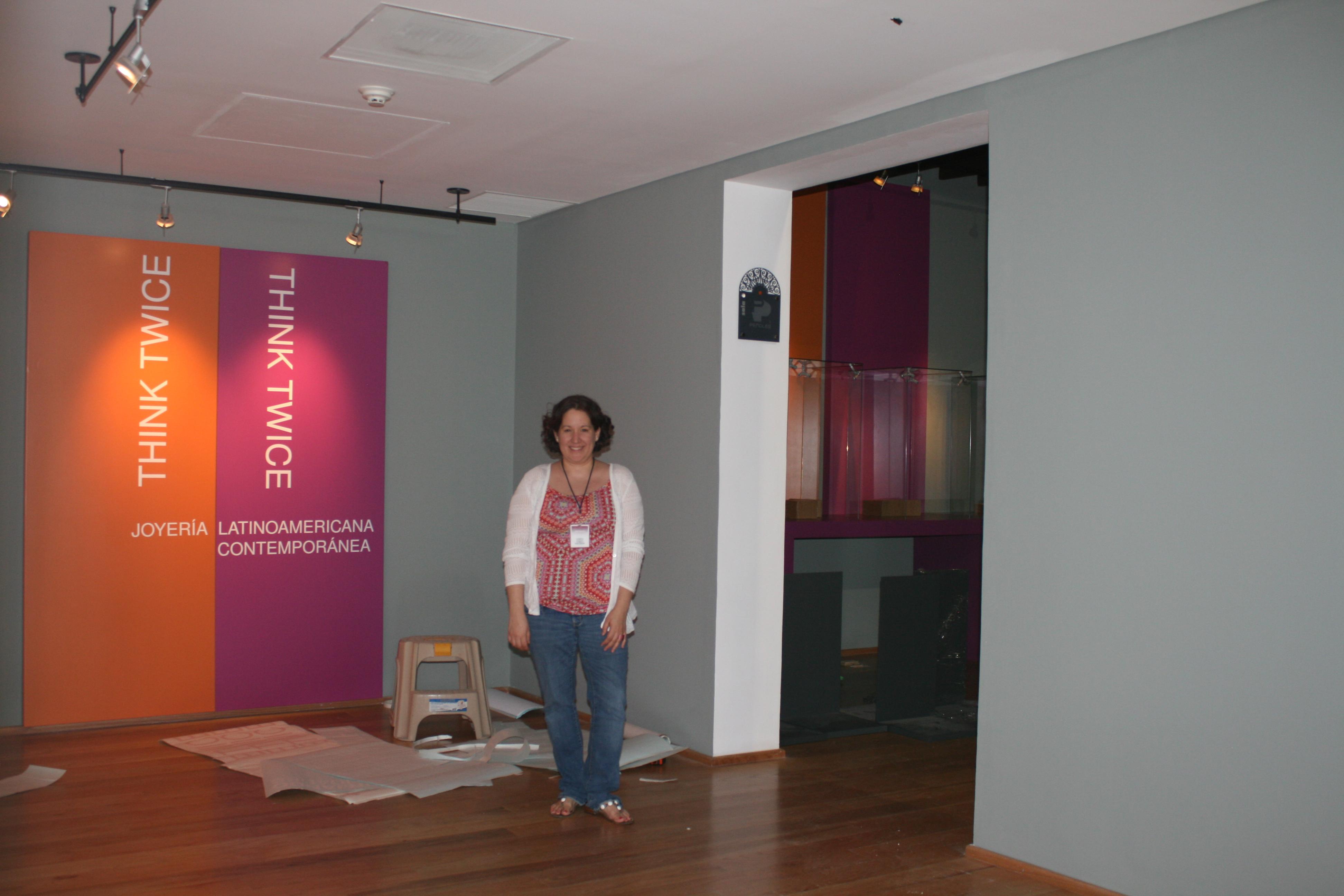 Valeria Vallarta Siemelink richt Think Twice in, Museo Arocena, Torreón, 2014, portret, tentoonstelling, foto Hes Siemelink