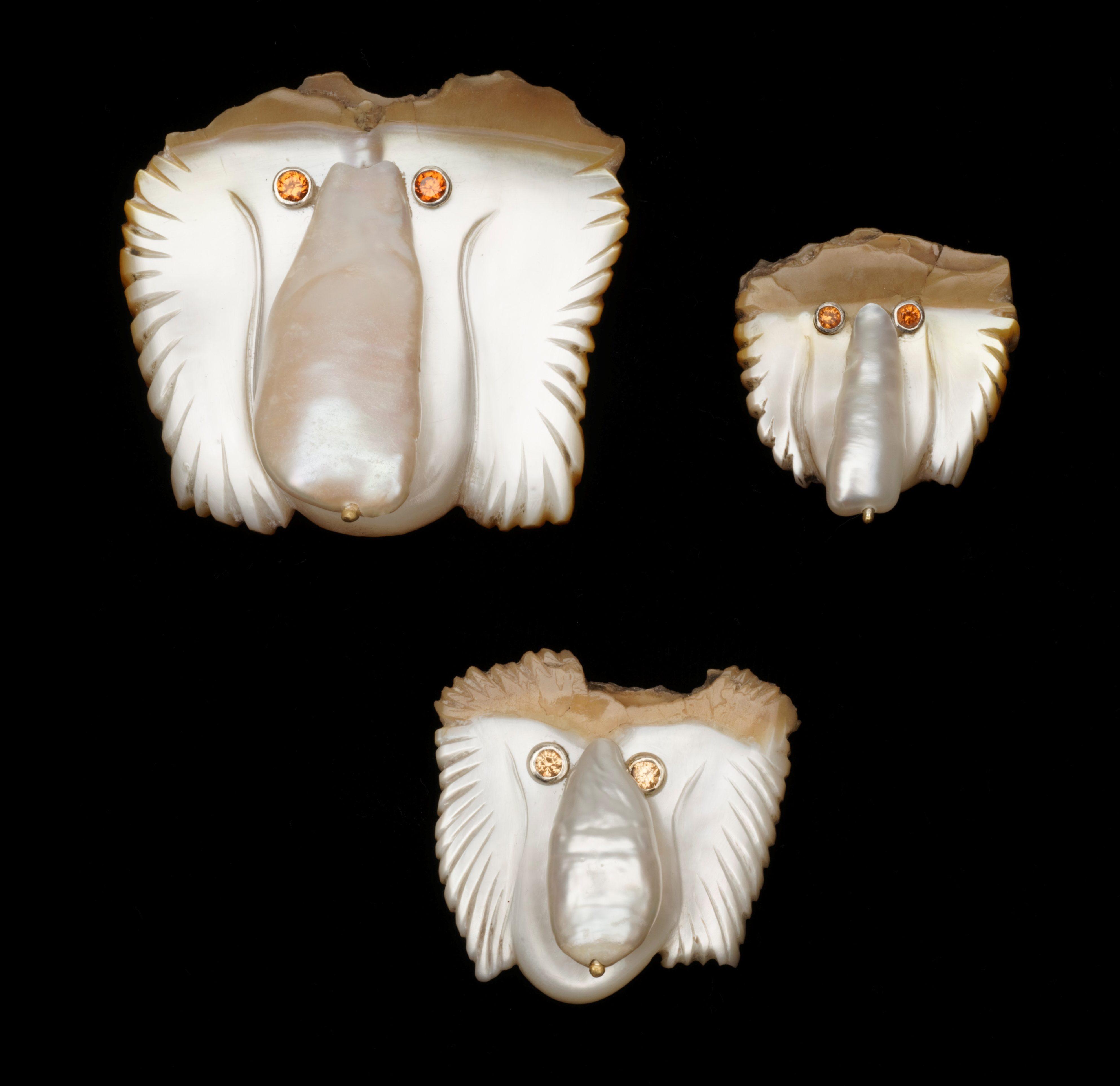 Jane Dodd, Proboscis Problems, broches, 2019. Foto Haru Sameshima, parelmoer, schelp, parels, zilver, granaten