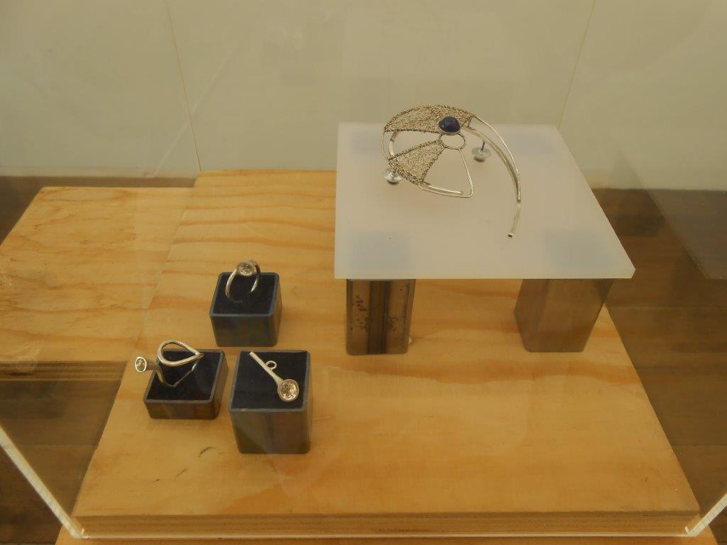 Papier ZILVER Staal, Galerie Niek Waterbolk, 2021. Foto Maja Houtman, ringen, broche, zilver