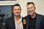 Dirk Allgaier draagt Mirjam Hiller en Arnd Hoch, arnoldsche weekend gallery #8, 2019 met Mirjam Hiller. Foto arnoldsche Art Publishers, portret, broche, gepoedercoat metaal