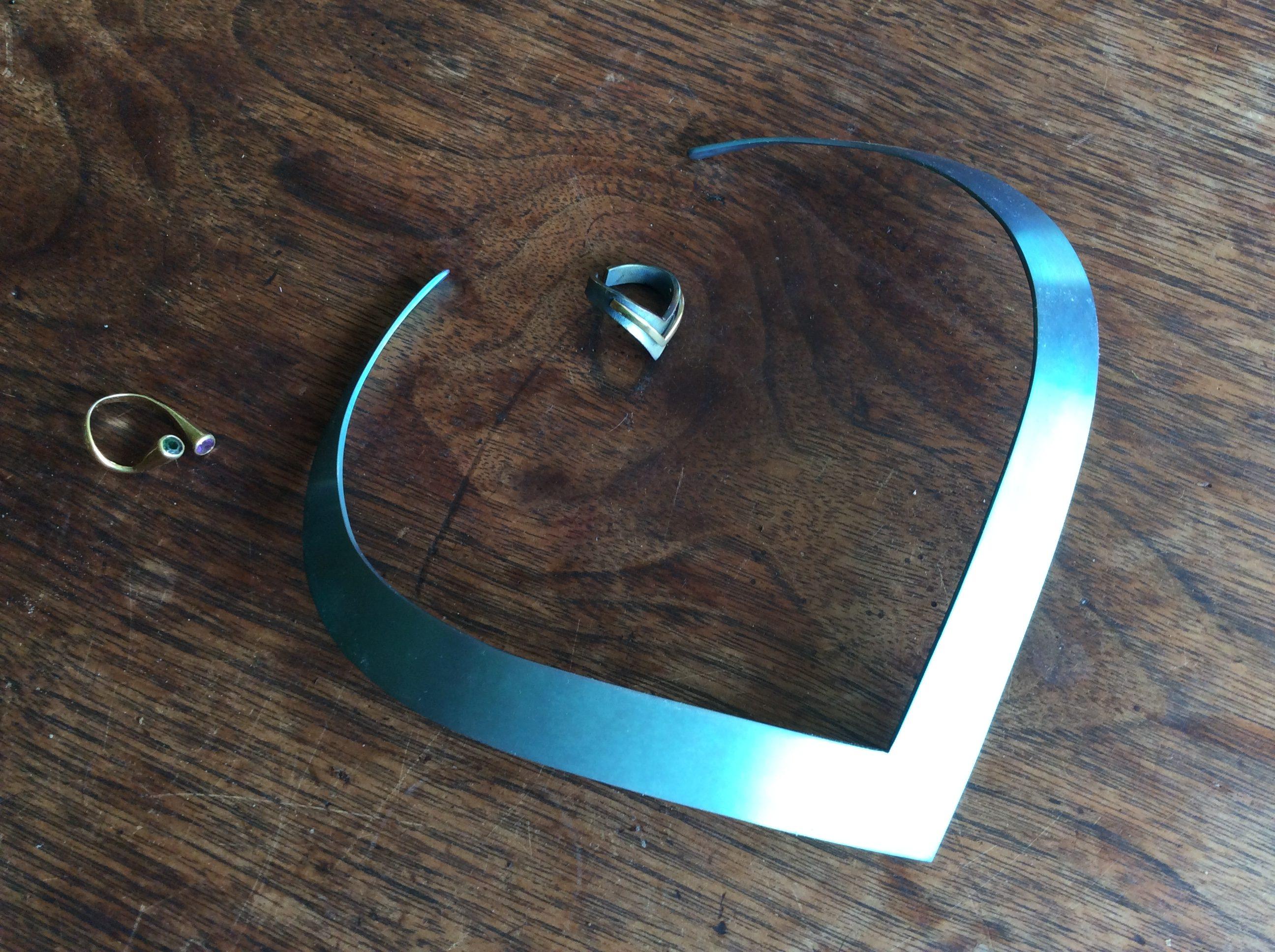 Karel Niehorster, halssieraad van titanium, 1997; twee ringen van goud, toermalijn en amethist (1965) en titanium en goud (1997). Particuliere collectie