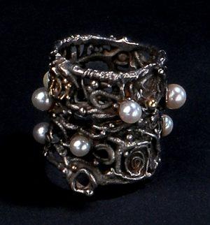 Gerda Flöckinger, #943 ring, geoxideerd zilver, goud, parels
