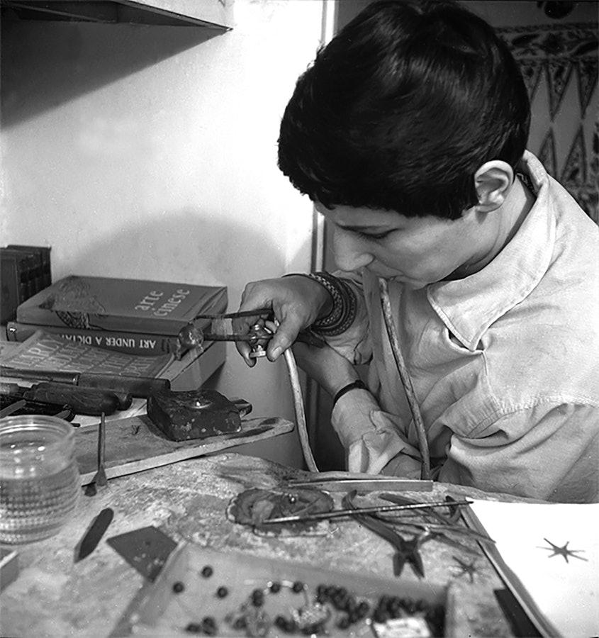 Gerda Flöckinger aan het werk in haar atelier, circa 1955, portret, werkbank