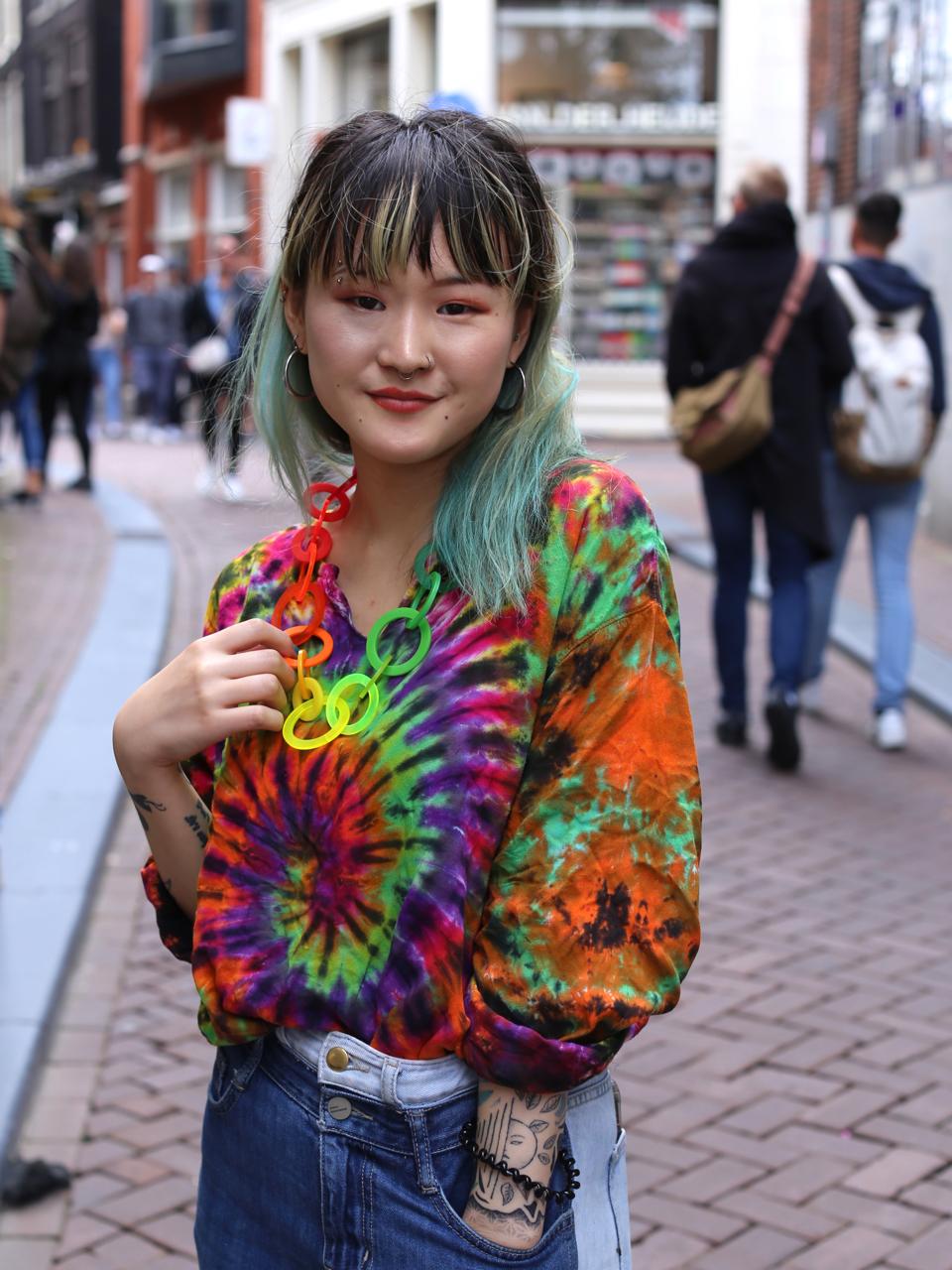 Asahi draagt Rainbow Chain, halssieraad van Paul Derrez, 2021. Foto MisjaB