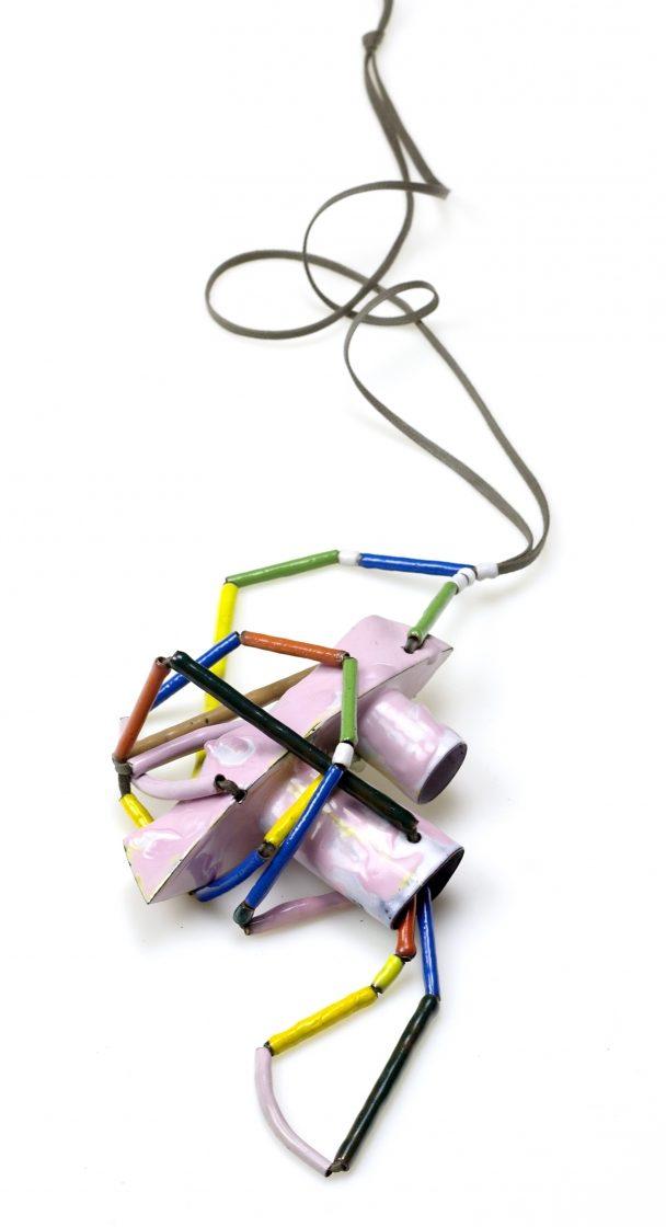 Aaron Decker, Pink Tug, halssieraad, 2018, email, koper