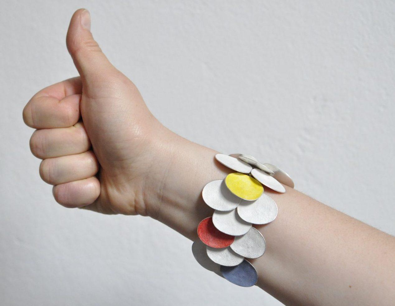 Gerd Rothmann, Ich sage A und B, armband, 2021, zilver, pigment