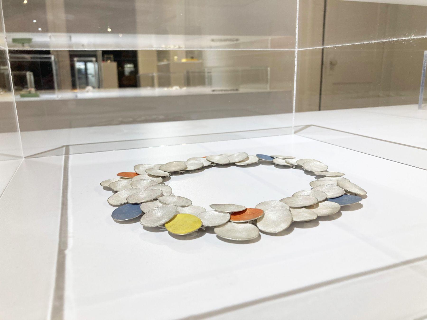 Gerd Rothmann, Wolkengestrüpp, halssieraad, 2021, mit meinem Daumen modelliert. Foto Ornamentum Gallery, zilver, pigment, tentoonstelling