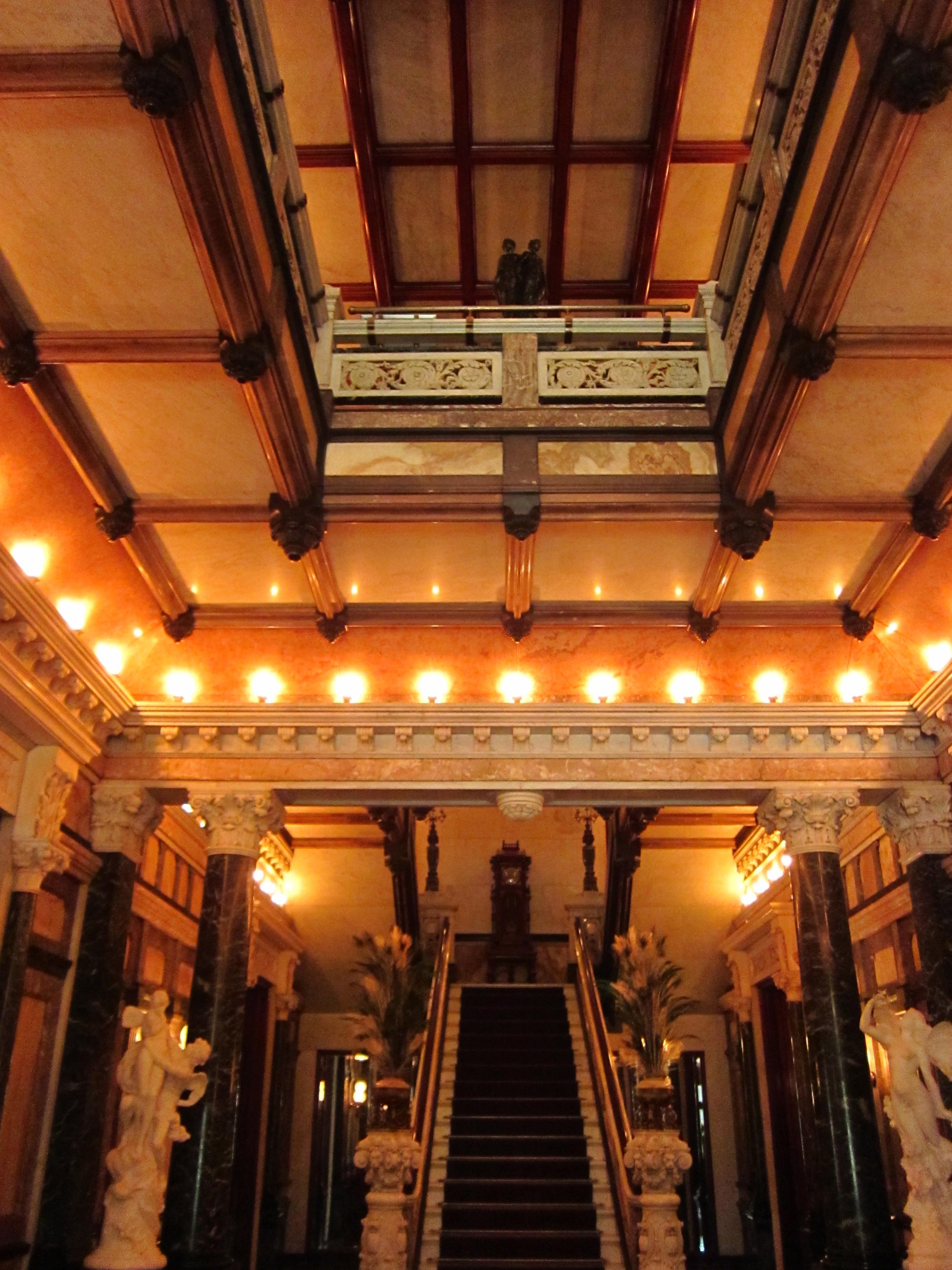 Richard H. Driehaus Museum, Chicago, 2013. Foto Lmh9y6, interieur, hal