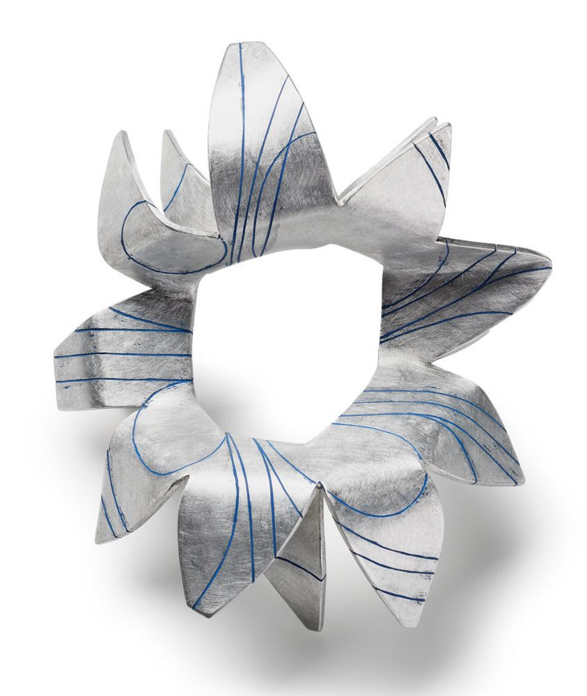 Ann Schmalwaßer, Strahlen, broche, 2013, aluminium, verf