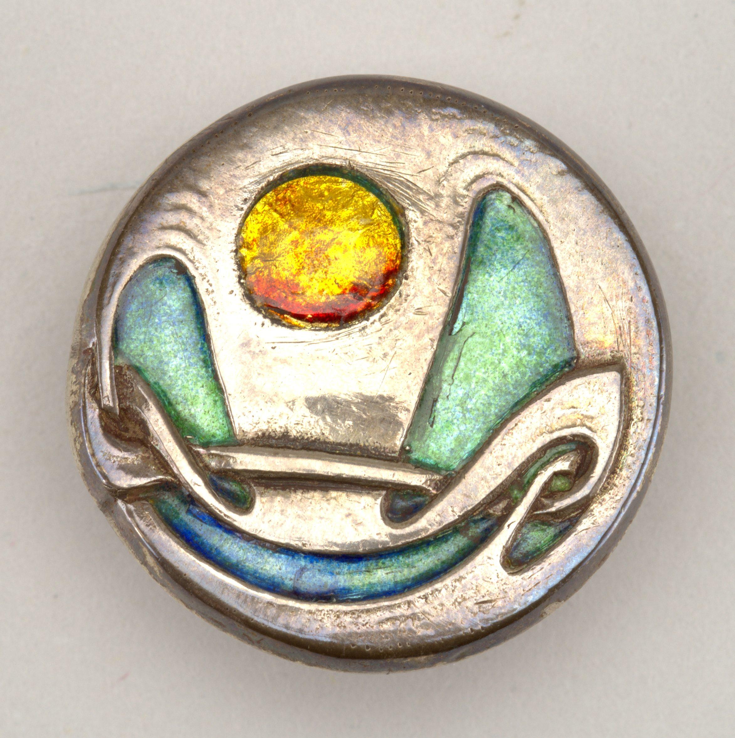 Liberty & Co., Cymric, knoop, circa 1900-1903. Collectie Cooper Hewitt, Smithsonian Design Museum, 1987-48-4, zilver, email