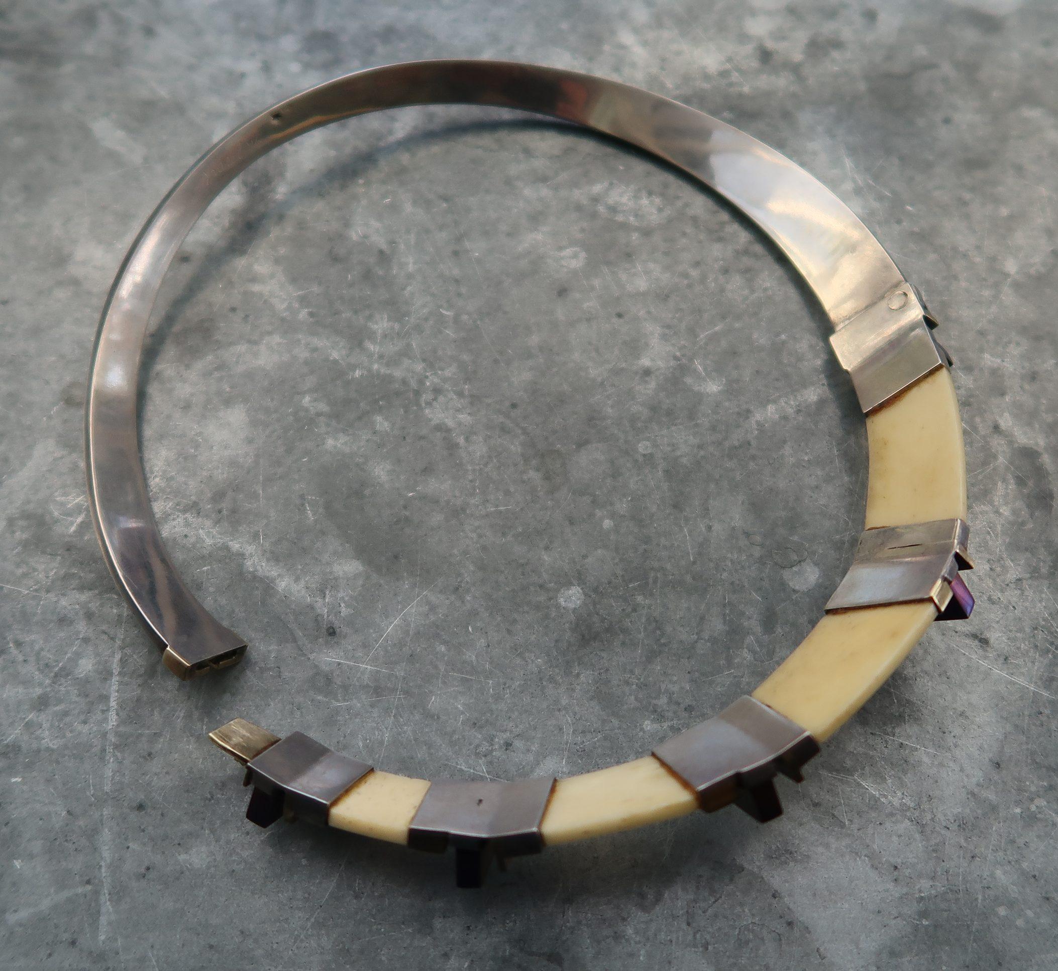 Karel Niehorster, halssieraad, 1976, achterzijde. Particuliere collectie. Foto Coert Peter Krabbe, goud, zilver, titanium, ivoor