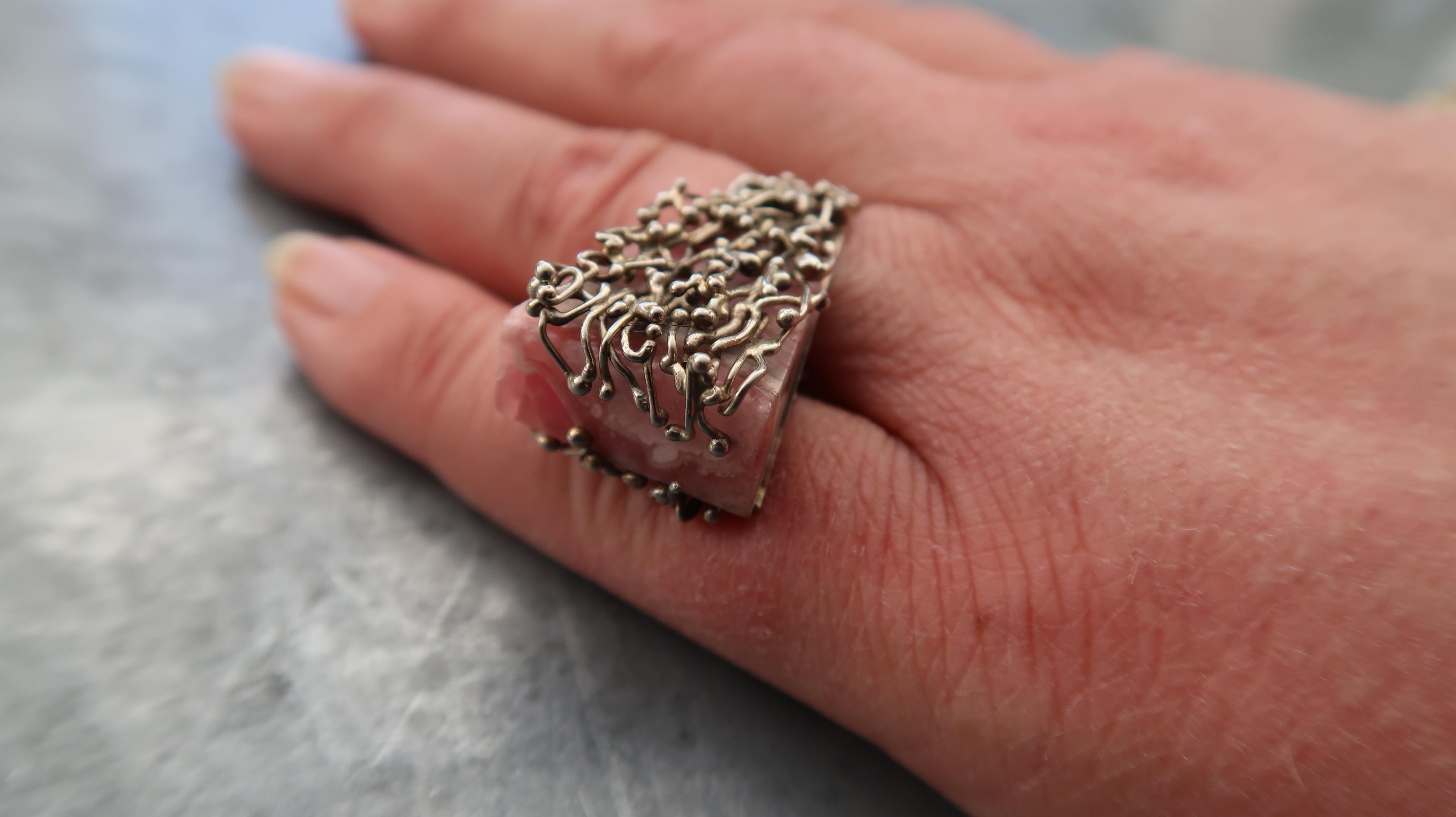 Karel Niehorster, ring, 1971. Particuliere collectie. Foto Coert Peter Krabbe, zilver, steen
