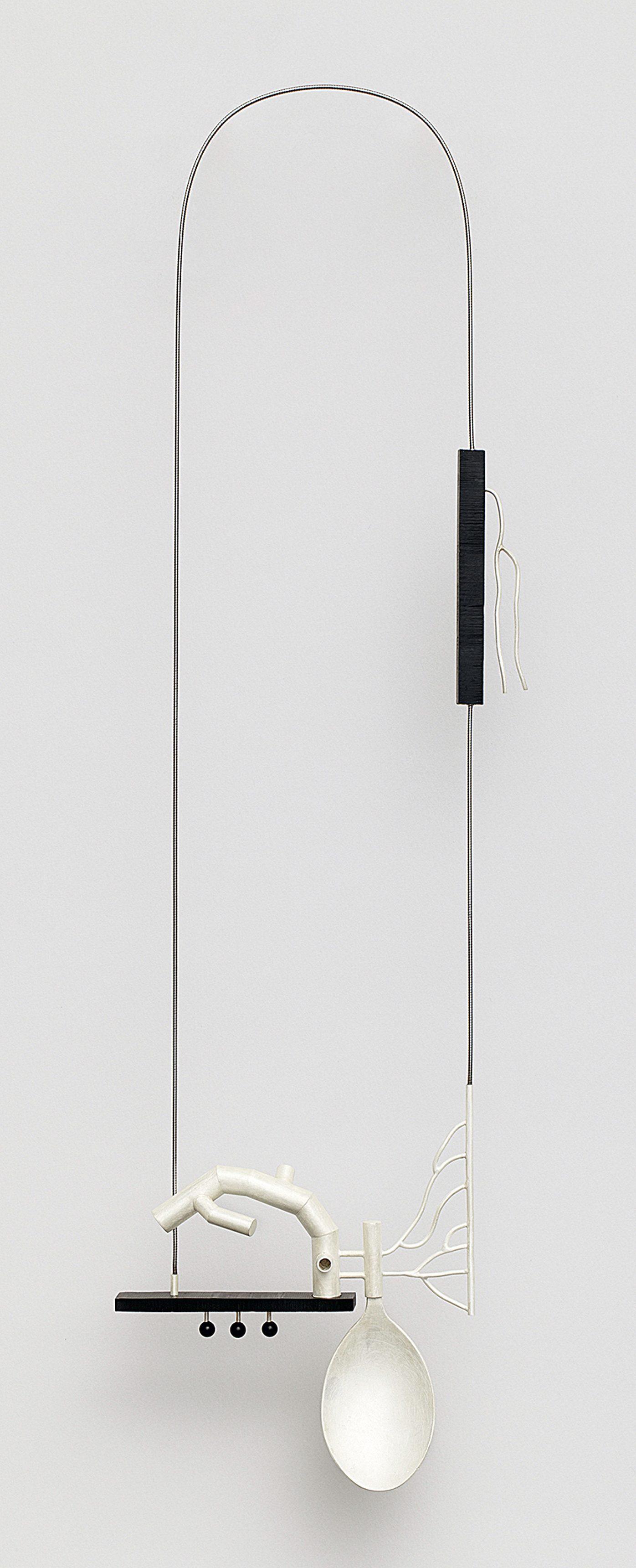 Katja Prins, Inter-Act 04, halssieraad, 2011. Collectie CODA. Foto CODA, zilver, onyx, staal