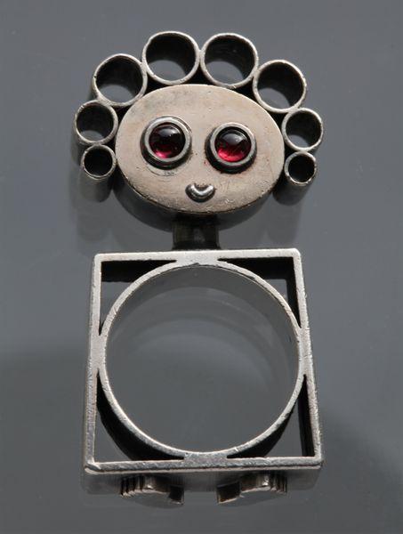 Walter Schluep, ring, circa 1965. Foto David & Sonya Newell-Smith, zilver, goud, granaten