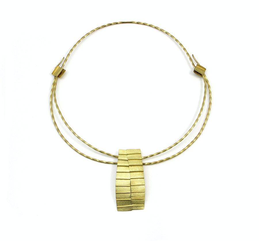 Jacqueline Mina, Pleated Necklace, halssieraad, 2016, goud