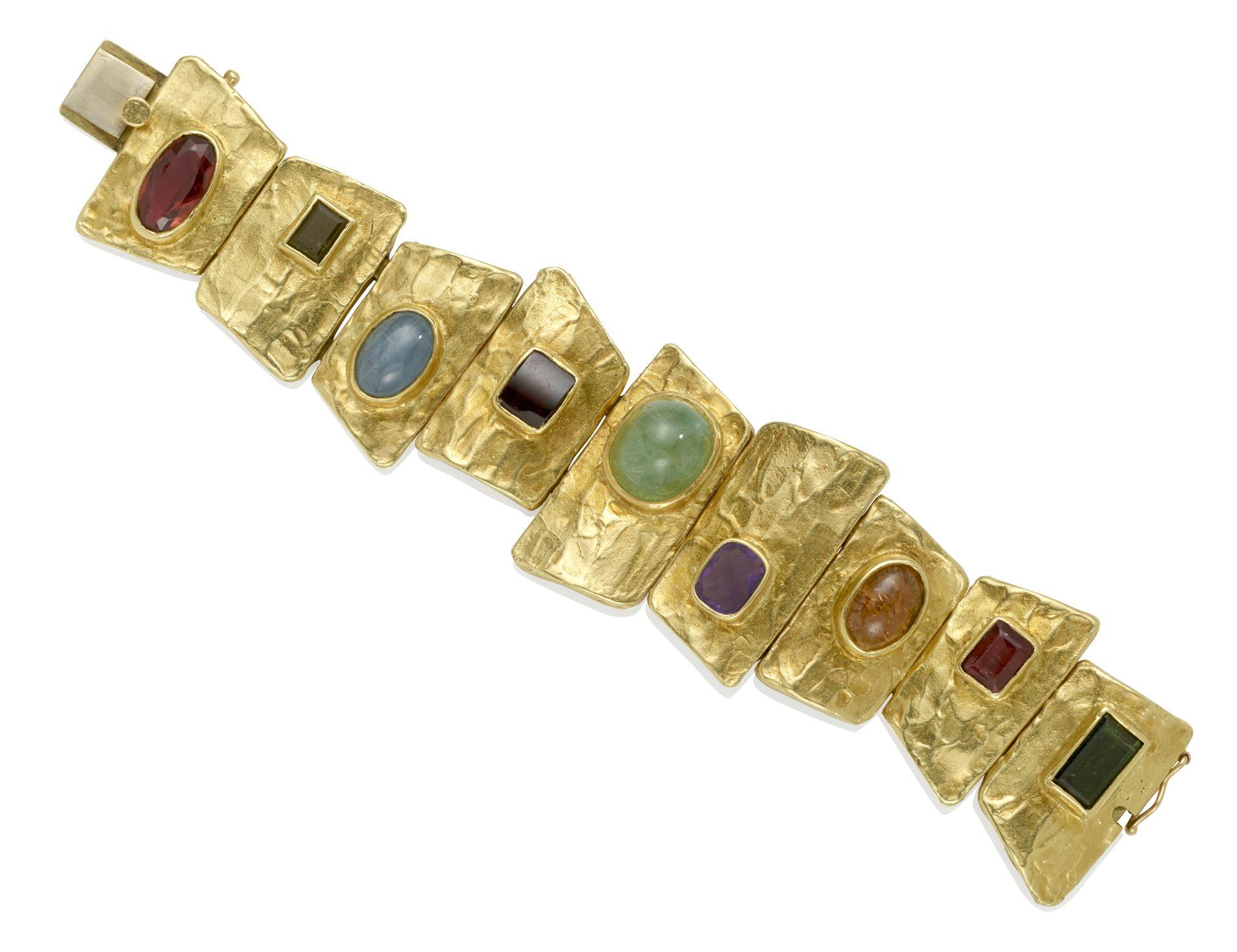 Ed Wiener, armband. Collectie Jill & Byron Crawford. Foto Bonhams, toermalij, smaragd, amethist, granaat, goud