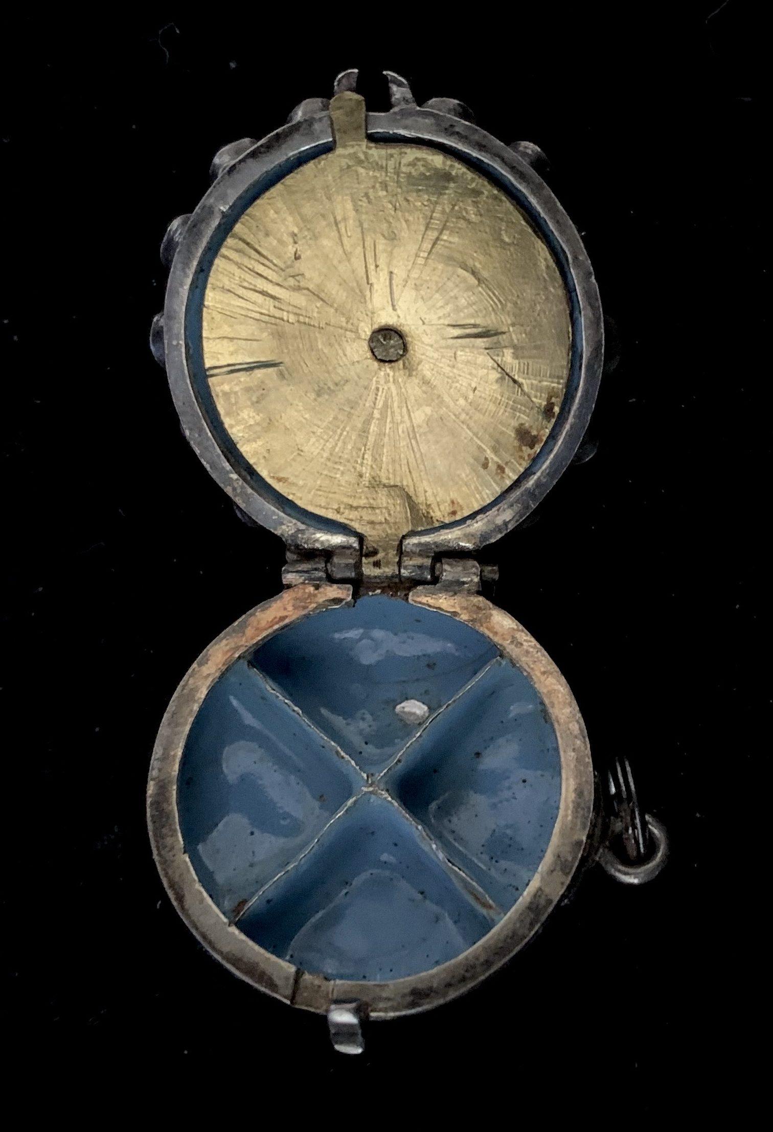 Pomander-horloge, Europa, circa 1700. Foto Dekker Antiquairs, goud, email, zilver, stenen