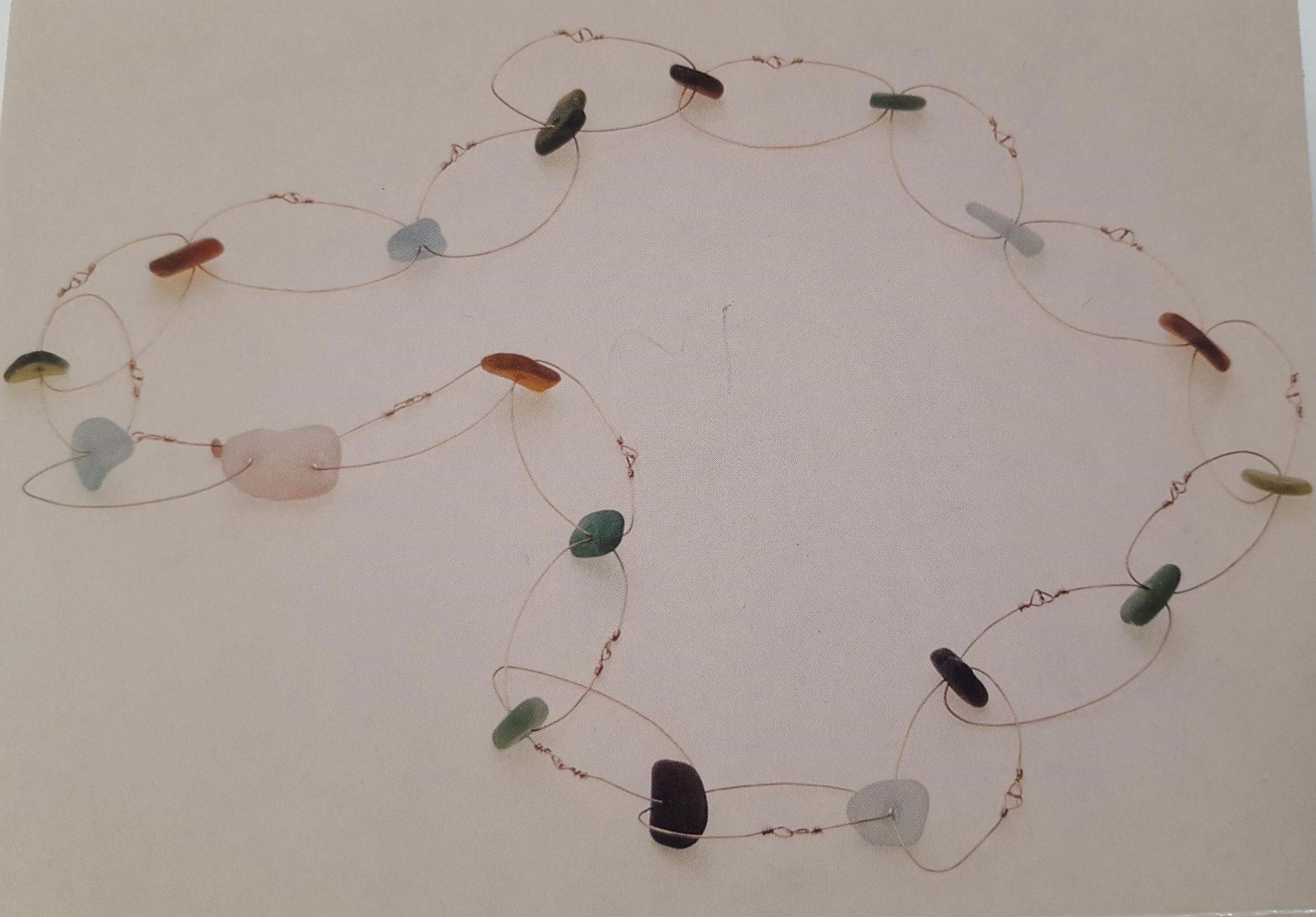 Laura Bakker, halssieraad. Voor binnen en buiten - Vijftien jaar Galerie Beeld & Aambeeld, 1994. Foto Galerie Beeld & Aambeeld, zeeglas, goud